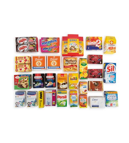Cesta de mimbre con productos de marca - 10783